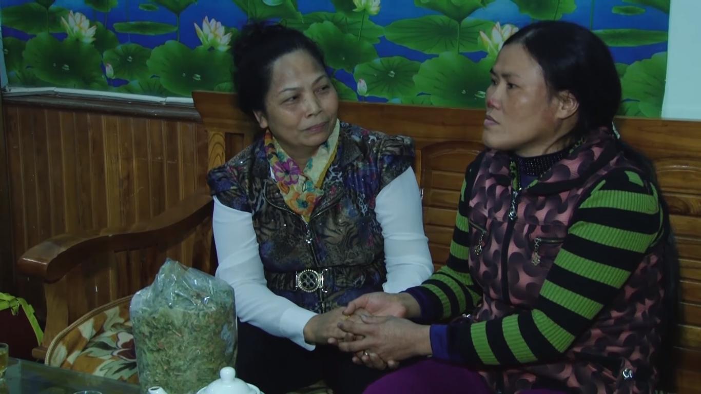 Chị Ngô Thị Thùy (phải) biết ơn lương y Nguyễn Thị Hội đã giúp mình thoát khỏi kiếp tử thần