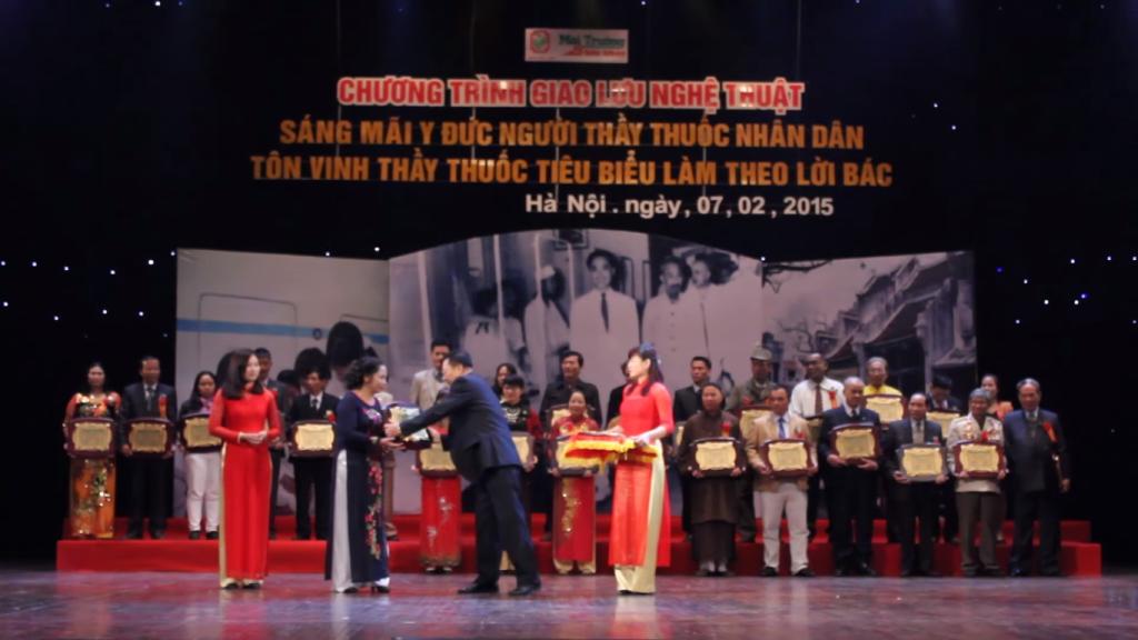 Lương y Nguyễn Thị Hội được tôn vinh là thầy thuốc nhân dân tiêu biểu, nhận giải thưởng Thương hiệu Đông y nổi tiếng